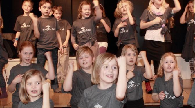 Glade børn i bibelsk festdans